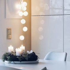 Wenn es über Tag mal wieder nicht hell werden mag... #kerzenundlichterkettendenganzentag  Hallo neue Woche! #happynewweek . #advent #adventszeit #weihnachten #weihnachtsdeko #weihnachtszeit #weihnachtenstehtvordertür #adventskranz #adventwreath #candles #candlelight #fairylights #cottonballs #home #homedecor #living #livingroom #tv_living #tv_allwhite #diningroom #finditliveit #alittlebeautyevery #aquitestyle #simpleandstill #seekthesimplicity #simplygood #pursuepretty #flashofdelight