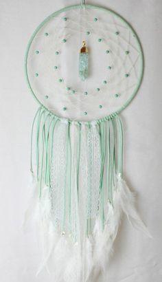 attrape reve, modele charmant de capteur de rêve en vert et blanc, suggestion raffiné