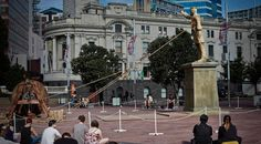 A Auckland, les twittos étaient invités à faire tomber la statue du roi Joffrey, le grand méchant de la série Game Of Thrones, à l'occasion de la diffusion du premier épisode de la saison 4.   Un dispositif hors normes orchestré par DDB Auckland.  http://www.minutecom.com/?p=1879