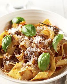Deze ragu is de originele bolognaisesaus, maar dan in een snelle versie! Heerlijk met de dikke pastalinten! Smakelijk!