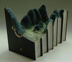 Guy Laramée schnitzt Landschaften aus Büchern