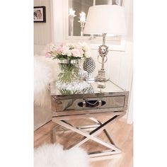 Delikat og nydelig hos @coco_chanel_n5 med #sanfraciscosidetable fra #classicliving  #interiør #interior #homestyling  #coffeetable #salongbord #interior #chanel #classy #lion #lamp #interior123 #likesforlikes #christmas2015 #january #decoration #silver #hjem #history #classy #classicliving #inspire_me_home_decor #holidays #interiørmagasinet #vakrehjemoginteriør #hem #interiordesign #fur #fff #nofilter #nofilterneeded