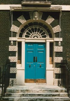 Ahhh London, where most of the doors I saw had the knobs in the middle of the them.   ..rh