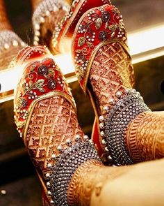 If you are shopping jewelry for your wedding then check latest Payal designs ideas 2019 for bride & her bridesmaids. Get some beautiful anklet designs 2019 that will make your feet look gorgeous. Payal Designs Silver, Silver Payal, Silver Anklets, Silver Jewelry, Silver Ring, Hammered Silver, Sterling Silver, Bridal Sandals, Bridal Bangles