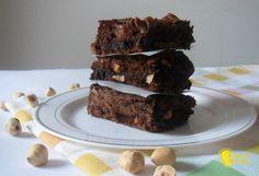 Brownies al cioccolato (ricetta americana). Ricetta dei brownies al cioccolato e nocciole dolci tipici americani per colazione o merenda anche senza glutine