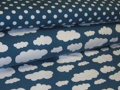 Jersey mit Wolken in weiß auf petrol blau   Waschbar bei 30-40 Grad, Stoffeinlauf beim Waschen/Bügeln ca. 3% Vorm Nähen vorwaschen. Bügelbar Stufe 1