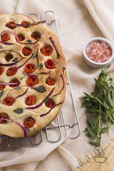 Aprenda a fazer focaccia de tomate e manjericão, perfeito para servir de entrada no almoço de fim de semana.