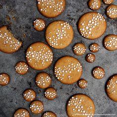 Simple gingerbreads with icing dots Pepperkakene har blitt utsatthellip Iced Cookies, Sugar Cookies, Christmas Cookies, Christmas Gingerbread, Gingerbread Cookies, Holiday Baking, Christmas Baking, Christmas Desserts, Christmas Treats