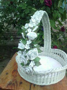 Cestito Wedding Gift Baskets, Wedding Gift Wrapping, Edible Bouquets, Newspaper Crafts, Flower Ball, Art N Craft, Flower Girl Basket, Basket Decoration, Flower Crafts