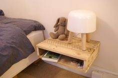 DIY bedside table of reclaimed wood from pallet