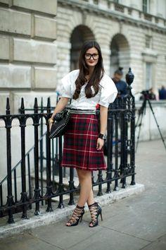How To Style: Tartan Skirts Tartan Fashion, Skirt Fashion, Women's Fashion, Kilt Skirt, Dress Skirt, Tweed Skirt, Street Style Summer, Street Style Women, Tartan Dress