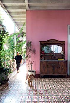 Oimóvel temmóveis antigos, pisos maravilhosos, flores e uma energia deliciosa vinda do terraço com suas paredes cor de rosa. (Foto: Lufe Gomes/Lufe by Lufe)