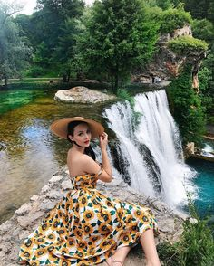 Now part of the UNESCO, the Jajce waterfall is the heart of the town and is o. Diana Fashion, Teen Fashion, Retro Fashion, Vintage Fashion, Look Vintage, Vintage Girls, Vintage Outfits, Rockabilly, Pin Up Style
