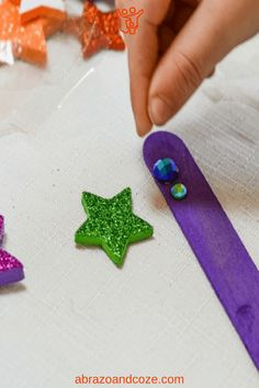 Simple tutorial for an easy preschool craft - princess wand reading pointer. Easy to change the theme, and great motivator for reading along at storytime. Easy Preschool Crafts, Quick Crafts, Toddler Preschool, Toddler Crafts, Free Activities, Fun Activities For Kids, Infant Activities, Family Activities, Diy For Kids