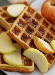 Gezonde havermoutwafels met appel en kaneel - VitaNouk.nl Pureed Food Recipes, Snack Recipes, Dessert Recipes, Health Recipes, Feel Good Food, Love Food, Healthy Baking, Healthy Desserts, Sports Food