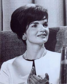 "First Lady Mrs ~~Jacqueline Lee (Bouvier) Kennedy Onassis ""Jackie"" (July 1929 – May Mrs Kennedy, Jackie Kennedy Style, Jacqueline Kennedy Onassis, Jaqueline Kennedy, Caroline Kennedy, Dramatic Classic, Vintage Beauty, Vintage Style, Vintage Fashion"