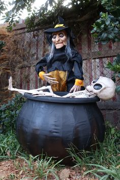 Learn how to make a witches cauldron prop for halloween with this step by step tutorial by using comon household items and tools! Halloween Witch Decorations, Halloween Witch Hat, Halloween Displays, Halloween Costumes For Kids, Halloween Kids, Halloween Crafts, Halloween Stuff, Witch Hats, Halloween Makeup