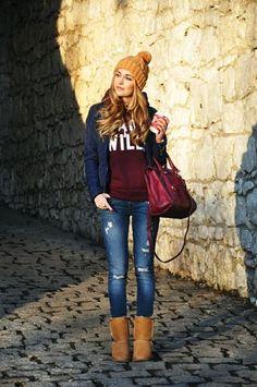 Dunkelblaue gesteppte Jacke, Dunkelroter bedruckter Pullover Mit Kapuze, Blaue Enge Jeans mit Destroyed-Effekten, Braune Ugg Stiefel für Damenmode
