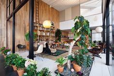 Pamatujete článek o domě manželů Eamesových v našem prvním čísle? Toto je kopie Eamsových obývacího pokoje postavená v muzeu Lacma (LA) na výstavě California Design, 1930–1965. /Charles and Ray Eames's living room recreated at LACMA.