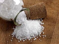 Os poderes do sal grosso:  O sal grosso é considerado um potente purificador de ambientes. Povos distintos usam o sal para combater o mau-olhado, e deixar a casa a salvo de energias nefastas. O sal é um cristal e por isso emite ondas eletromagnéticas que podem ser medidas pelos radiestesistas. Ele tem o mesmo comprimento de onda da cor violeta, capaz de neutralizar os campos eletromagnéticos negativos Visto ao microscópio o sal bruto revela que é um cristal, formado por pequenos quadrados