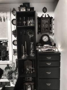 Old antique decor 🖤 Dark Home Decor, Goth Home Decor, Gothic Room, Gothic House, Room Ideas Bedroom, Room Decor, Gothic Interior, Horror Decor, Antique House