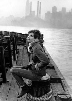 """Esta foto está tomada durante el rodaje de la película """"Manhattan, puerto de destino"""". Audrey Hepburn, -en uno de más aplaudidos aciertos de la historia de los """"castings"""" cinematográficos de la historia-, interpreta el papel de una estibadora afectada por la nueva Ley de Prácticos Portuarios."""