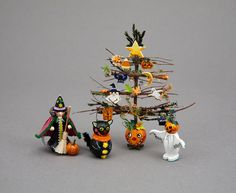 IGMA Fellow Karen Markland has been a dealer at the Good Sam Show for more than twenty years. Using her own original designs, she creates im. Halloween Trees, Halloween Cat, Holidays Halloween, Happy Halloween, Halloween Decorations, Haunted Dollhouse, Haunted Dolls, Dollhouse Miniatures, Minis