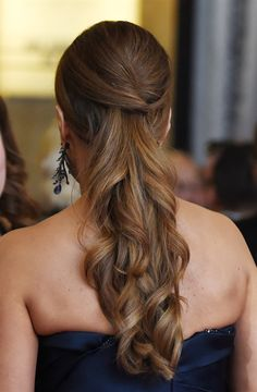 Brauttrend Frühling-Sommer Haare, Make-up und Nägel - VanityFair.it - Tendenza sposa primavera-estate capelli, trucco e unghie – VanityFair.it SEMIRACCOLTO Down Curly Hairstyles, Classy Hairstyles, Party Hairstyles, Ponytail Hairstyles, Wedding Hairstyles, Formal Hairstyles, Fun Ponytails, Ponytail Ideas, Hair Styles 2016