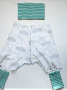 de: Baby bloomers - free sewing pattern, almost finished sewn Baby ClothingSource : Lybstes.de: Baby-Pumphose - kostenloses Schnittmuster, fast fertig genäht by faschoff Baby Clothes Patterns, Sewing Patterns Free, Free Sewing, Baby Patterns, Baby Sewing Projects, Sewing For Kids, Sewing Ideas, Sewing Clothes, Diy Clothes
