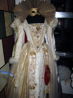 Gold Elizabethan gown by TrystBat, via Flickr