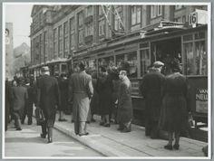 Verkeer in Amsterdam. In- en uitstappende passagiers bij tramhalte op het Rokin. Datum onbekend.
