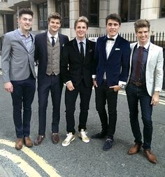 YouTubers before red carpet for 1D premiere..is it only me who thinks its really cute they're going to the 1D movie