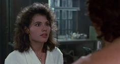 Cena do filme A Mosca, de David Cronenberg. Em um dos filmes mais impactantes de sua carreira, David Cronenberg nos entrega uma obra que trabalha por incomodar o espectador. 'A Mosca' é uma obra cheia de substância, extremamente criativa e que rege sua atmosfera em um ritmo crescente de tensão.