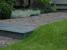 Deze jaren 30 tuin in Breukelen is ontworpen voor een jong gezin, waarbij de jaren 30, onderhoudsarm en kindvriendelijk drie belangrijkepeilers zijn.