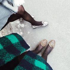 Taking a break during #milanfashionweek #FW16 #MFW #streetstyle #urbanfashion #chatelles #effortless #slippers #shineinflats #animalprint #fashionneverstops http://www.mychatelles.com/collection/animal-prints/melchior http://www.mychatelles.com/collection/animal-prints/leo