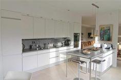 Grote, rechte keukenopstelling met schiereiland om aan te zitten. Table, Furniture, Website, Design, Home Decor, Decoration Home, Room Decor, Tables