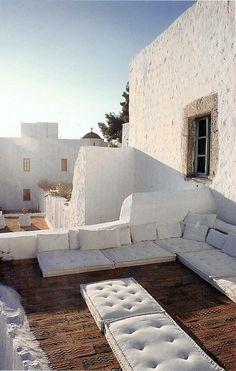 【ほぼ床でリラックス】シンプルな家具無し屋外リビング   住宅デザイン