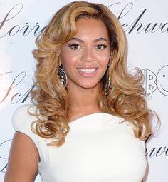Beyonce Knowles Long Curls - Beyonce showed off her long honey-blond curls while attending a launch party in New York. She added a little bounce to her look with soft curls. Party Hairstyles, Celebrity Hairstyles, Wig Hairstyles, Wedding Hairstyles, Beyonce Hairstyles, American Hairstyles, Celebrities With Brown Hair, Famous Celebrities, Celebrity Wedding Hair