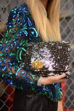 Today we want to show you one example of the sparkly street style, because this is a theme that can be shown in different ways, and this one it's one! For us it would be perfect to attend to a cocktail party in New York! Glitter Make Up, Sparkles Glitter, Glitz And Glam, Fashion Details, Style Me, Trendy Style, Beautiful Dresses, Ideias Fashion, Fashion Accessories
