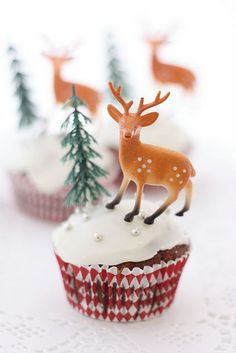 Yule Cupcakes. I love vintagey cupcake toppers.