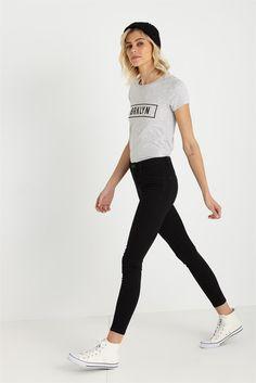 不知道换季买什么?先看看这几个时髦且不贵的牌子_衣Q进阶_潮流服饰频道_VOGUE时尚网