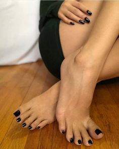 Nagellack Dress up your home with a wall fountain Article Body: Slowly but surely, many are beginnin Black Toe Nails, Pretty Toe Nails, Cute Toe Nails, Pretty Toes, Feet Soles, Women's Feet, Nice Toes, Foot Pics, Foot Pictures