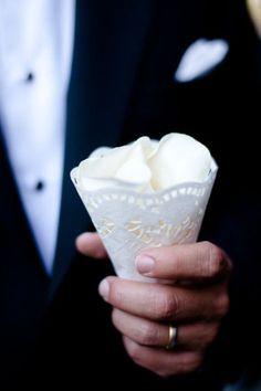 Tras la ceremonia, a los invitados recibieron conos que contenían pétalos para arrojar a los novios en su salida de la Iglesia. Ideas para una boda elegante. Imagen: Style Me Pretty