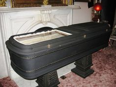 Victorian glass front coffin, used sometimes when the person died of a contagious disease Cemetery Monuments, Cemetery Headstones, Cemetery Art, Funeral, Pena Capital, Danse Macabre, Second Empire, Victorian Era, Victorian Fashion