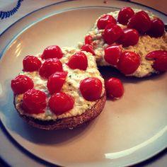 Portobello's met hüttenkäse, pesto en cherrytomaatjes!