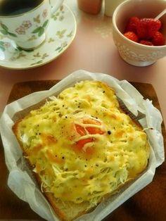 千切りにしたキャベツに、卵を割って、チーズをのせ、オーブンに入れるだけという簡単レシピ。キャベツも千切りにしておけば、サッと作れるので、あまり時間がない朝にもおすすめですよ。