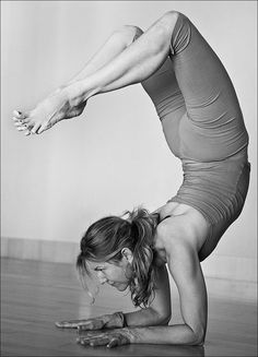 Jennifer Aniston is an American actress who is well known for her love of yoga. Estilo Jennifer Aniston, Jennifer Aniston Pictures, Jennifer Aniston Style, Yoga For All, My Yoga, How To Do Yoga, Pilates, Jeniffer Aniston, Mental Training