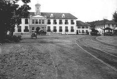 1900-1940: Pemberhentian trem uap di samping Balai Kota Batavia.