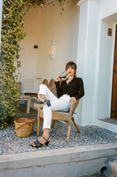 Look 5 - Jeanne Damas for Rouje Jeanne Damas, French Girl Style, French Girls, French Chic, Parisian Style Fashion, French Street Fashion, Style Chic Parisien, Black And White Outfit, White Casual