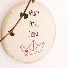 Bordado Aponta pra fé e rema   Menina Bordada   Elo7 Embroidery Patterns, Hand Embroidery, New Hobbies, Tatoos, Arts And Crafts, Lettering, Knitting, Sewing, Instagram Posts